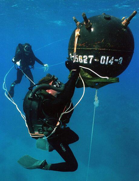 Тренировка по обезвреживанию учебной морской мины в армии США. Виден идущий от мины натянутый минреп