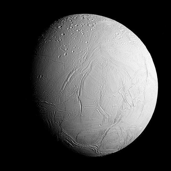 Изображение Энцелада, сделанное КА «Кассини» 28 октября 2015 года с расстояния примерно 96 000 километров