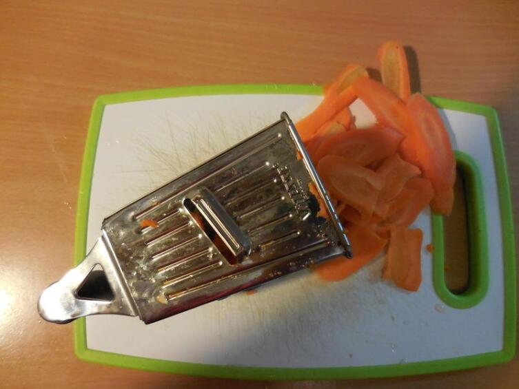 Распускаем морковь на тонкие продолговатые «лепестки»