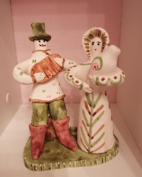 Когда заказчикам понадобилась яркая броская игрушка, её начали украшать разными красками. Посадская сценка
