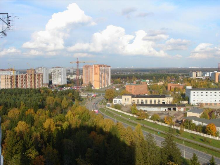 Октябрьский проспект города Троицк, на горизонте белеют здания Москвы