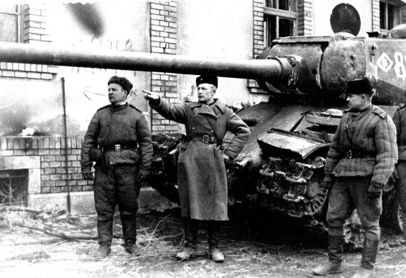 Советские командиры возле тяжелого танка ИС-2