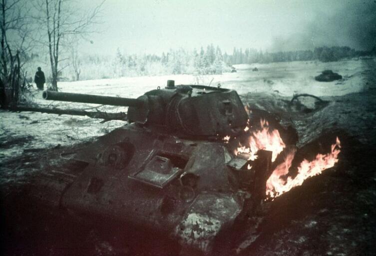 Горящий советский танк Т-34, подбитый в ходе боя в районе города Клин