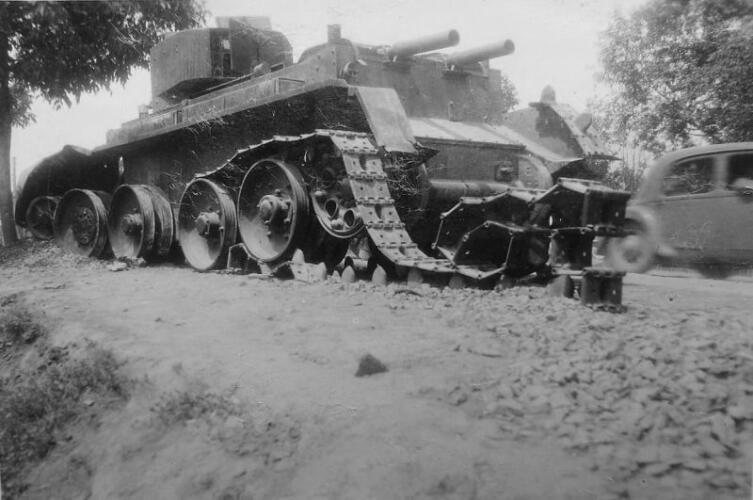 Советский танк БТ-5, брошенный и уничтоженный экипажем