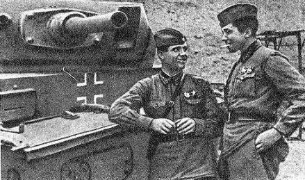 Старший лейтенант И. И. Корольков (слева) и младший лейтенант К. И. Савельев во время Сталинградской битвы, осень 1942 г.