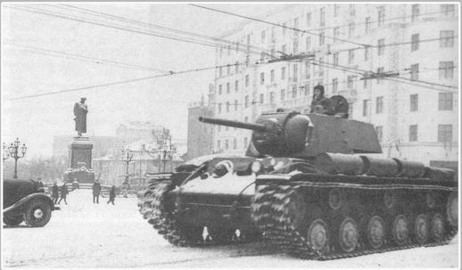 Лейтенант П. Д. Гудзь на своём танке КВ-1 движется с Красной площади после участия в Военном параде 7 ноября 1941 г. (Фотография перевёрнута слева направо)