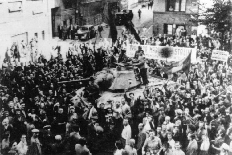 Жители Бухареста приветствуют советских солдат