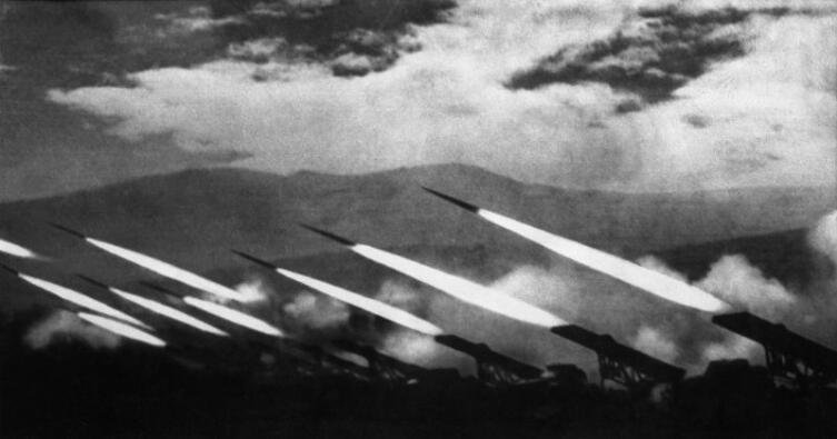 Залп гвардейских реактивных минометов БМ-13 «Катюша»