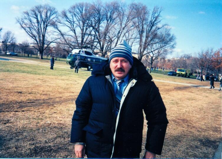 Автор, в те времена второй секретарь Посольства РФ в Вашингтоне на лужайке Белого дома в ожидании Бориса Ельцына и Джорджа Буша перед их отлётом на «Борту №1 США» в Кемп-Дэвид