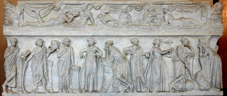 Саркофаг муз (II в. н. э. Лувр, Париж). Слева направо: Каллиопа (со свитком), Талия (с маской в руке), Эрато, Эвтерпа (с духовым музыкальным инструментом), Полигимния, Клио, Терпсихора (с кифарой), Урания (с жезлом и глобусом), Мельпомена (с театральной маской на голове)