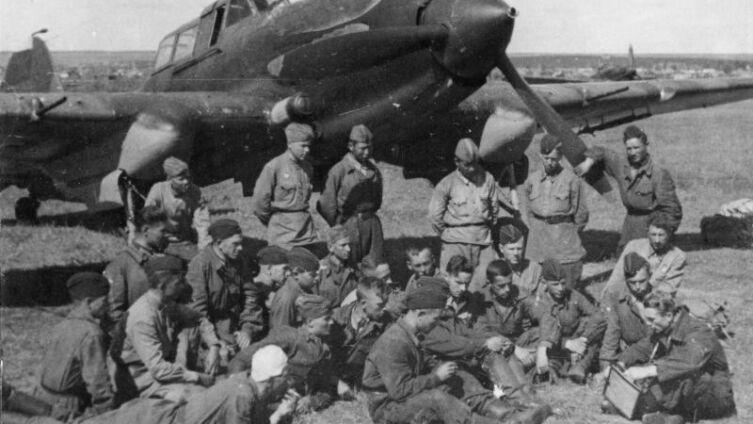 Экипажи штурмовиков Ил-2 слушают наставления командира на полевом аэродроме
