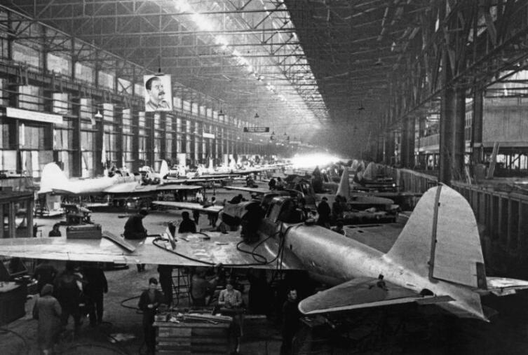 Производство штурмовиков Ил-2 в цехах авиационного завода № 18 имени К.Е. Ворошилова