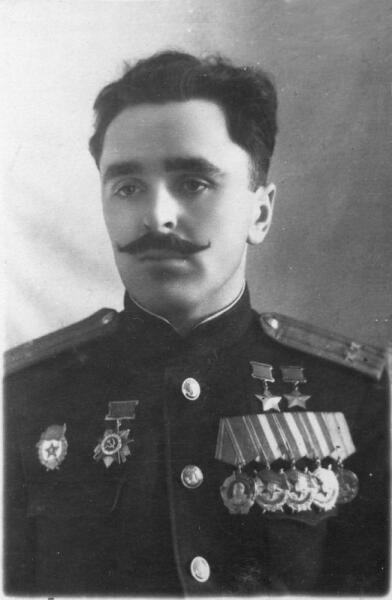 Дважды Герой Советского Союза командир 7-го штурмового авиаполка А. Е. Мазуренко