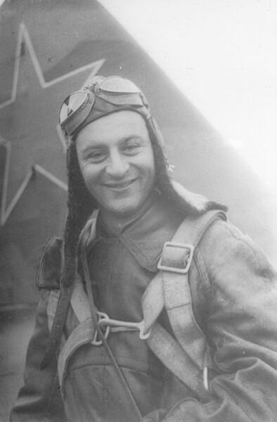 Летчик 57-го пикировочно-штурмового авиаполка ВВС Балтийского флота младший лейтенант Н.Г. Степанян у самолета Ил-2