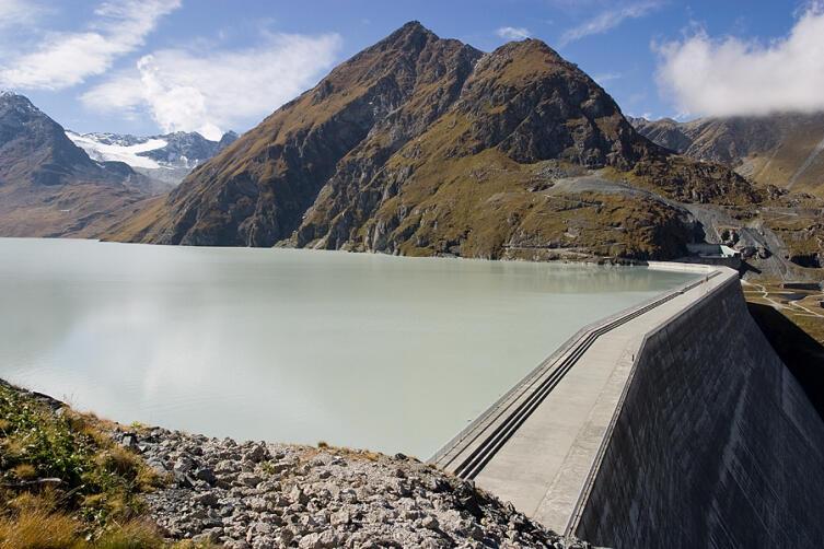 Железобетонная гравитационная плотина Гранд-Диксенс (бассейн реки Рона в кантоне Вале Швейцарии) имеет высоту от основания 285 м, что по состоянию на 2011 год делает её самой высокой гравитационной бетонной плотиной в мире