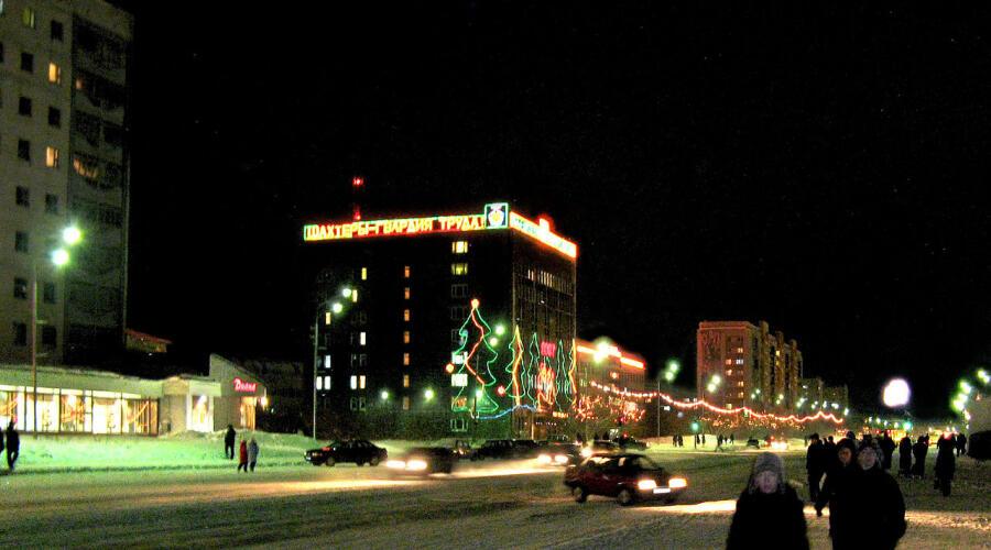 Вид на здание «Вокрутауголь» (в центре фото) ночью