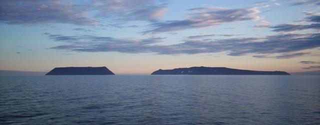 Вид с севера: слева — остров Крузенштерна (США) справа — остров Ратманова (Россия)
