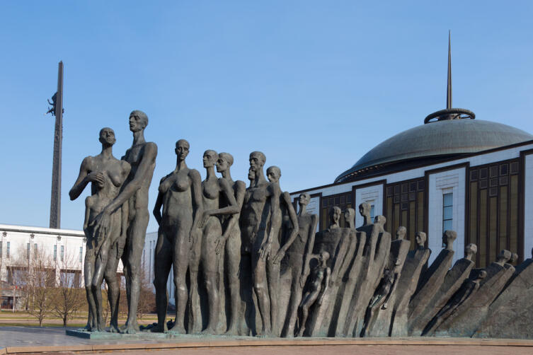 Трагедия народов — мемориал, посвящённый жертвам фашистского геноцида и установленный в парке Победы в Москве в районе Дорогомилово