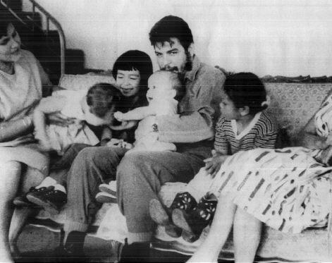 Че Гевара с женой и детьми