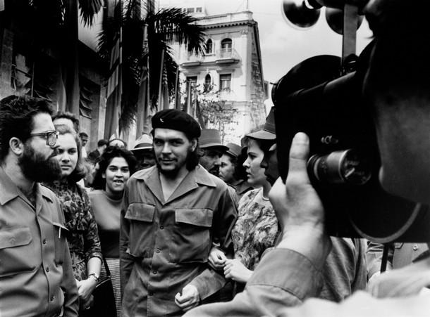Гевара во время прогулки по улицам Гаваны с женой Алейдой (справа) в 1960 году