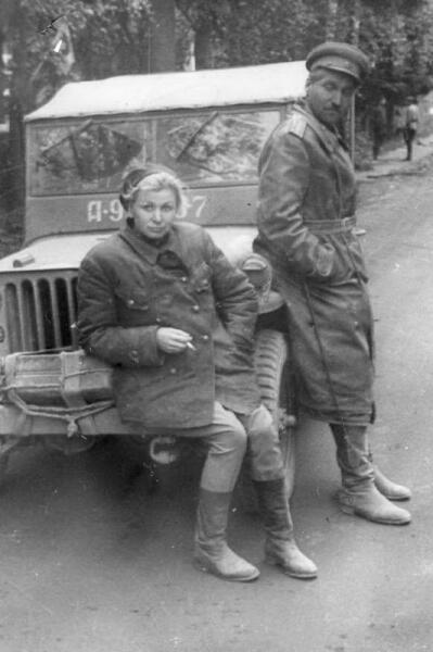 Актриса В. В. Серова и военный корреспондент К. М. Симонов на Ленинградском фронте