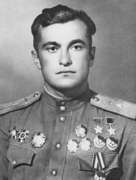 Дважды Герой Советского Союза летчик-истребитель майор Султан Амет-Хан