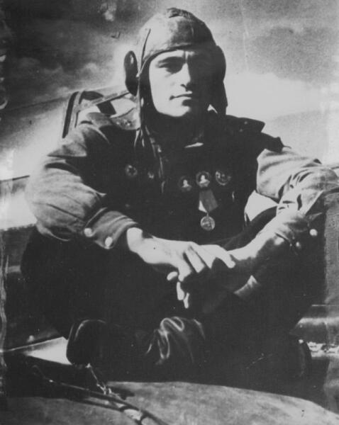 Советский летчик-истребитель Амет-хан Султан на крыле своего истребителя Як-1