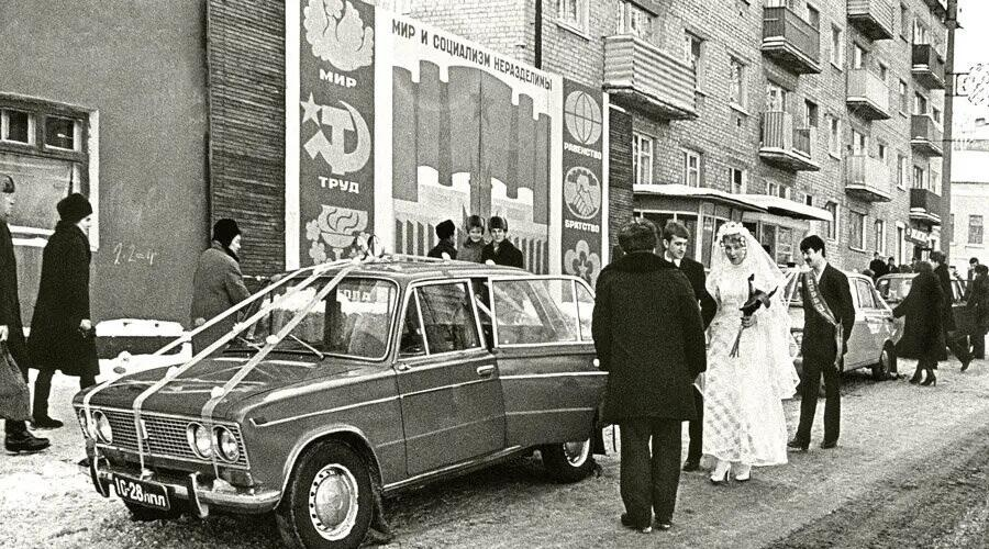 Исторические фото. Свадьба на фоне плаката «Мир и социализм неразделимы». 1980-е гг.
