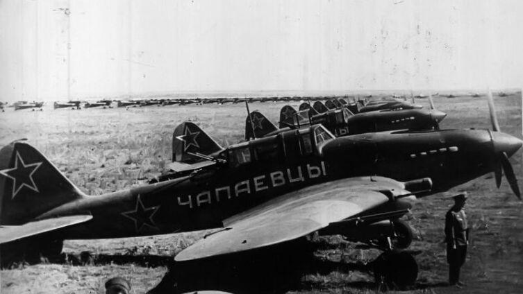 Смотр эскадрильи «Чапаевцы». Эскадрилья Ил-2М3 «Чапаевцы» была построена на средства трудящихся города Чапаевска и передана 1-му Белорусскому фронту