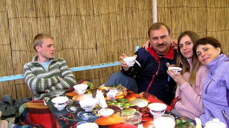 Семейный отдых в татарской чайхане. Крым, 2008 г.