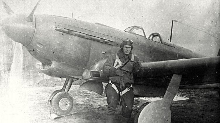 Летчик-истребитель А. В. Ворожейкин перед боевым вылетом