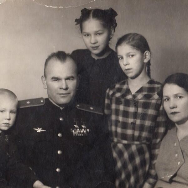 Слева направо: сын Сергей, Арсений Васильевич, дочь Вера, дочь Ольга, жена Валентина Павловна. Калининград, 3 января 1956 г.