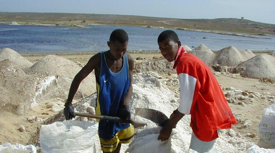 Фасовка соли в Кабо-Верде