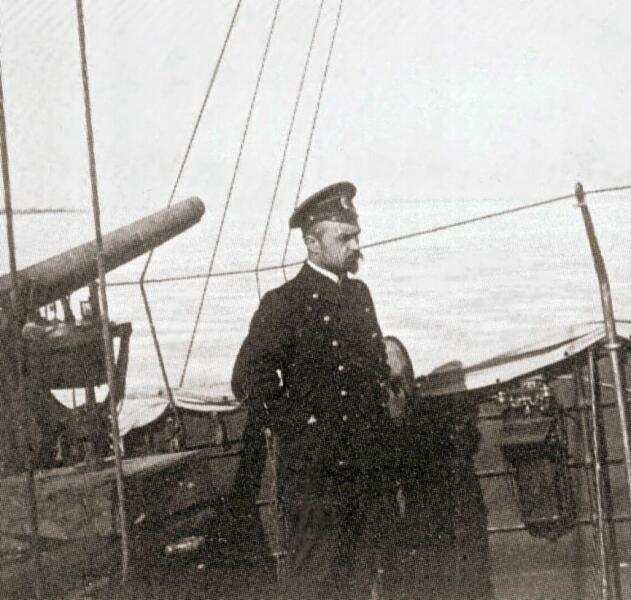 Капитан 1-го ранга Алексей Михайлович Щастный, начальник Морских сил (наморси) Балтийского флота, на палубе посыльного судна «Кречет» во время Ледового похода