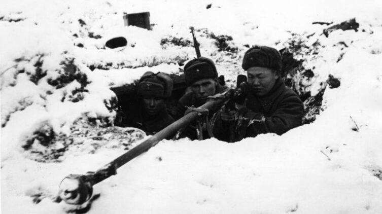 Расчет советского противотанкового ружья ПТРД-41 на позиции во время битвы за Москву