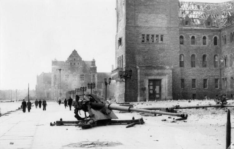 Разбитая немецкая противотанковая пушка Pak 43 перед Императорским Замком в Познани