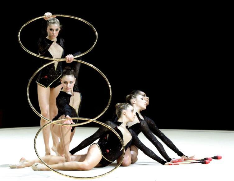 Группа гимнасток с обручами и булавами