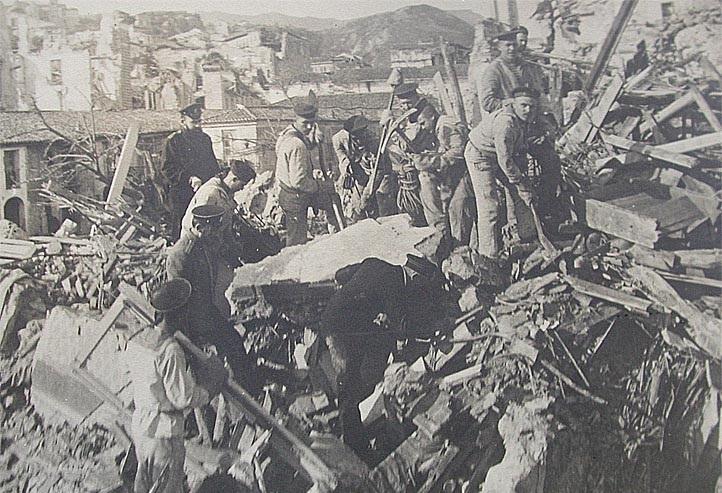 Моряки с броненосца «Слава» на развалинах Мессины. 1908 г.