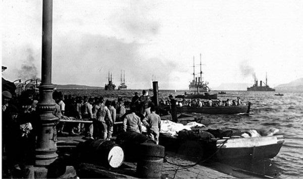 Перевозка раненых мессинцев, жертв землетрясения, на русские корабли