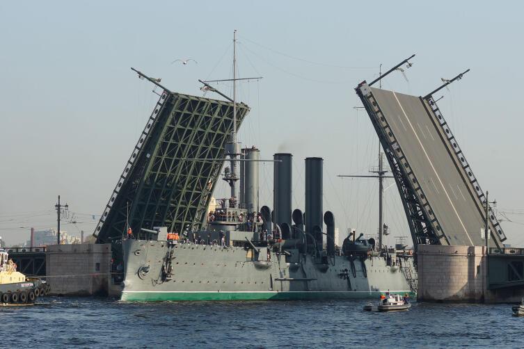 Крейсер Аврора проходит под разведённым Дворцовым мостом