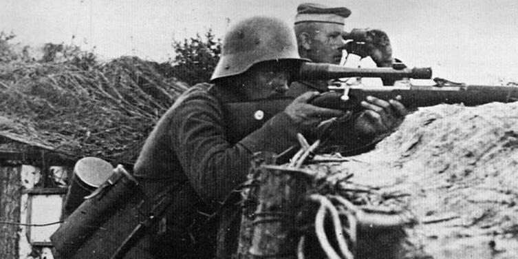 Немецкий снайпер с винтовкой «Маузер» G98, оснащённой прицелом фирмы «Цейс»