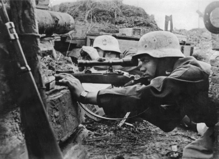 Пара немецких снайперов на огневой позиции на советско-германском фронте
