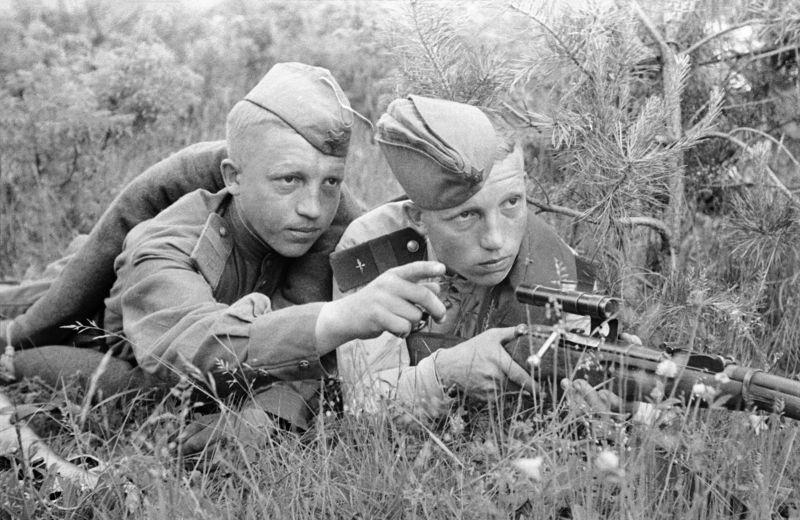 Советские снайперы на огневой позиции