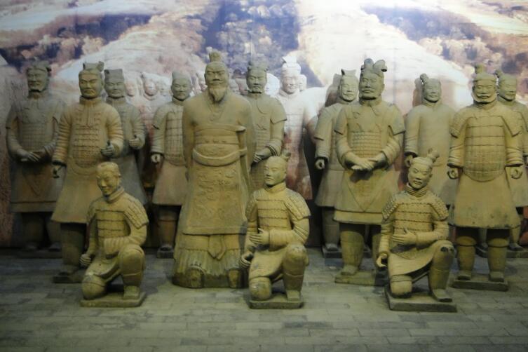 Группа терракотовых воинов с офицерами. Мавзолей Шихуанди. Китай
