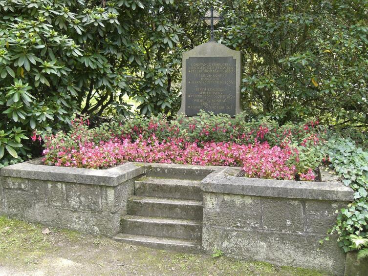 Похоронен В. К. Рентген рядом с женой