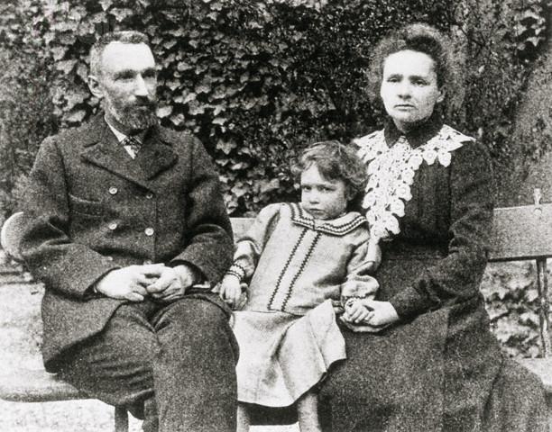 Мария, Пьер Кюри с дочерью Ирен, 1902 г.