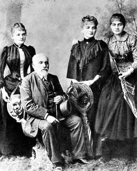 Владислав Склодовский с дочерьми (слева направо): Мария, Бронислава, Хелена. 1890 г.