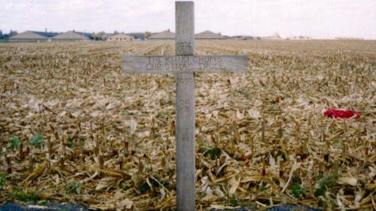 Крест, установленный возле Ипра в Бельгии в 1999 г. в память о рождественском перемирии 1914 г.