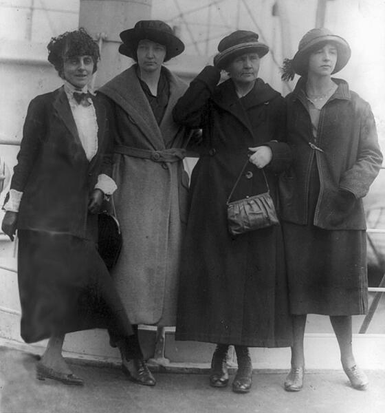 Мария Кюри (вторая справа) вместе с дочерьми (вторая слева — Ирен, крайняя справа — Ева) и Мэри Мэлони (крайняя слева) во время визита в США в 1921 г.
