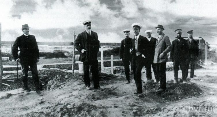 По центру А. И. Дитрих. Слева от него первый директор института К. Д. Глинка, справа от него архитектор В. В. Соколовский (помощник Дитриха). На заднем плане справа подрядчики братья Морозовы. 1912 г.